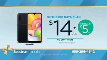 Spectrum Mobile TV Spot, 'Holidays: The Gift of Spectrum: By the Gig Data Plan' - Thumbnail 2