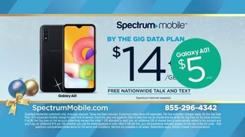 Spectrum Mobile TV Spot, 'Holidays: The Gift of Spectrum: By the Gig Data Plan' - Thumbnail 7