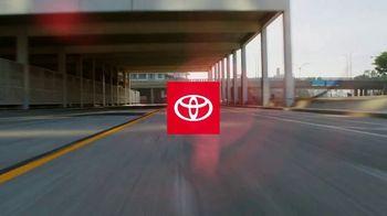 Toyota ¡Evento Hoy Es el Día! TV Spot, 'Dar un giro' canción de OutKast [Spanish] [T2] - Thumbnail 1