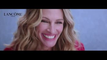 Lancôme La Vie est Belle TV Spot, 'Every Moment Is a Gift' Ft. Julia Roberts, Song by Hannah Grace - Thumbnail 6