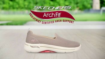 SKECHERS Arch Fit TV Spot, 'Moving Day' Featuring Brooke Burke - Thumbnail 8