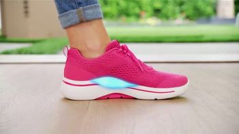 SKECHERS Arch Fit TV Spot, 'Moving Day' Featuring Brooke Burke - Thumbnail 4