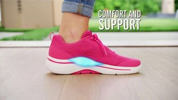 SKECHERS Arch Fit TV Spot, 'Moving Day' Featuring Brooke Burke - Thumbnail 5