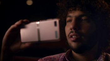 Samsung Mobile TV Spot, 'Holidays: Stay Connected'  Feauturing Benny Blanco, Song by Justin Bieber, Benny Blanco - Thumbnail 3