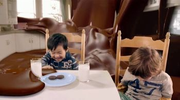 Oreo Chocolate Candy Bar TV Spot, 'Kids to Adults' - Thumbnail 7