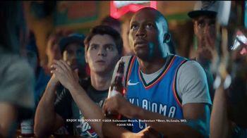 Budweiser TV Spot, 'Fanáticos del baloncesto' [Spanish] - Thumbnail 9