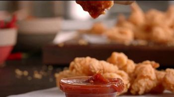 Popeyes $5 Butterfly Shrimp Tackle Box TV Spot, 'Los flamencos' [Spanish] - Thumbnail 8