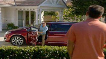 2017 Chrysler Pacifica TV Spot, 'Envy: Neighbors' [T2] - Thumbnail 1