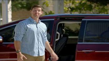 2017 Chrysler Pacifica TV Spot, 'Envy: Neighbors' [T2] - Thumbnail 3