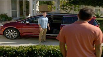 2017 Chrysler Pacifica TV Spot, 'Envy: Neighbors' [T2] - Thumbnail 7