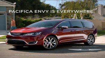 2017 Chrysler Pacifica TV Spot, 'Envy: Neighbors' [T2] - Thumbnail 8