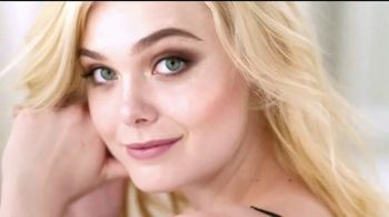 L'Oreal Paris Lumi Glotion TV Spot, 'Luminosa' con Elle Fanning [Spanish] - Thumbnail 9