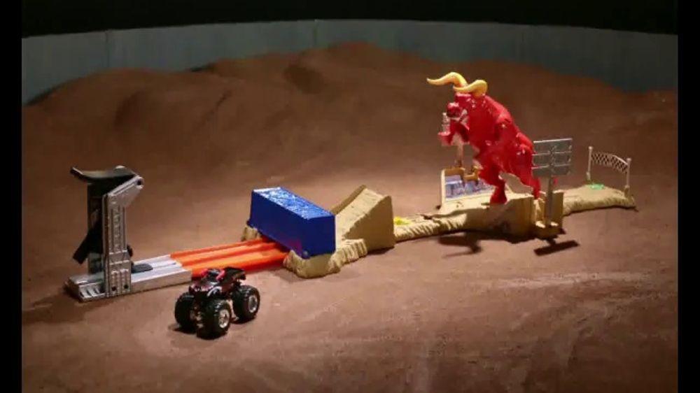 Hot Wheels Monster Jam El Toro Loco Showdown TV Commercial, 'Take Down the Bull'