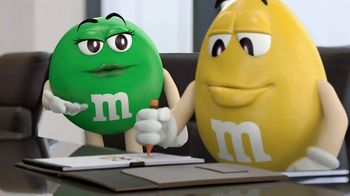M&M's Caramel TV Spot, 'Group Talk' [Spanish] - Thumbnail 4