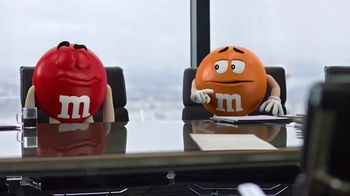 M&M's Caramel TV Spot, 'Group Talk' [Spanish] - Thumbnail 5