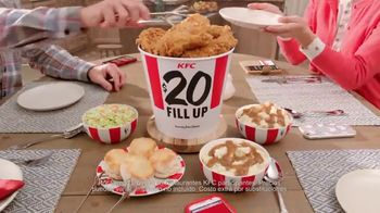 KFC $20 Fill Up TV Spot, 'Dejen de ver sus teléfonos' [Spanish] - Thumbnail 6