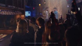 Bud Light TV Spot, 'Dueto de karaoke' [Spanish] - Thumbnail 10