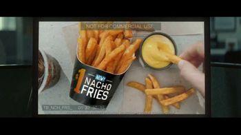 Taco Bell $1 Nacho Fries TV Spot, 'Web of Lies' con Josh Duhamel [Spanish] - Thumbnail 5