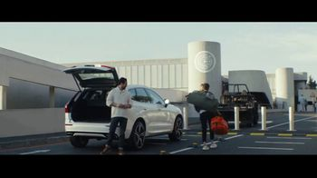 2018 Volvo XC60 TV Spot, 'Embrace the Future: Drop Off' Song by Feral [T1] - Thumbnail 7