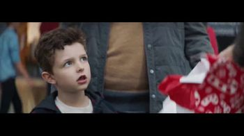 Verizon Unlimited TV Spot, 'Wrapping Paper: Bow' Feat. Thomas Middleditch - Thumbnail 5