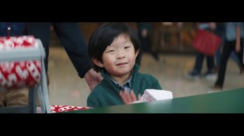 Verizon Unlimited TV Spot, 'Wrapping Paper' Featuring Thomas Middleditch - Thumbnail 8
