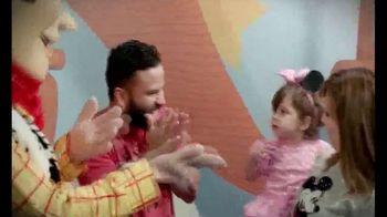 Walt Disney World TV Spot, 'Momentos mágicos' con José Altuvé [Spanish] - Thumbnail 3