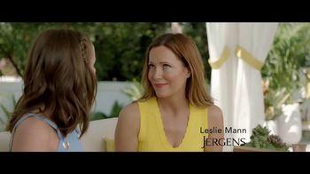 Jergens Natural Glow TV Spot, 'No Tan Lines' Featuring Leslie Mann - Thumbnail 1