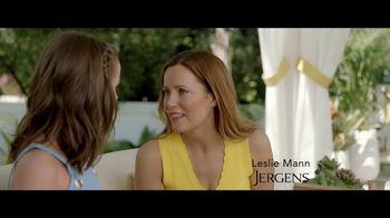Jergens Natural Glow TV Spot, 'No Tan Lines' Featuring Leslie Mann - Thumbnail 3