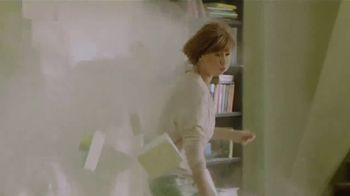 Febreze ONE Fabric & Air Mist TV Spot, 'Spray & Stay' - Thumbnail 5