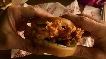 KFC Crispy Colonel Sandwich TV Spot, 'Shhh' [Spanish] - Thumbnail 3