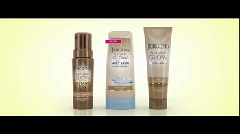 Jergens Natural Glow Wet Skin TV Spot, 'Poolside Glow' Feat. Leslie Mann - Thumbnail 10