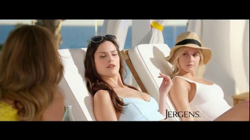 Jergens Natural Glow Wet Skin TV Spot, 'Poolside Glow' Feat. Leslie Mann - Thumbnail 3