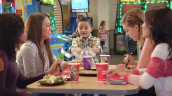 Chuck E. Cheese's TV Spot, 'Las comadres' [Spanish] - Thumbnail 3