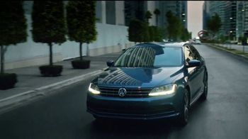 2018 Volkswagen Jetta TV Spot, 'Desapercibido' canción de Pitbull [Spanish] [T2] - Thumbnail 3