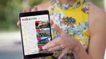 Realtor.com TV Spot, 'Housewarming & the Not-Yous' Feat. Elizabeth Banks - Thumbnail 5