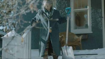 Kleenex Soothing Lotion TV Spot, 'Shoveling Snow' - Thumbnail 6