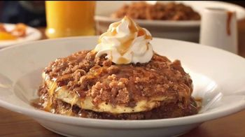 Denny's Dulce de Leche Crunch Pancakes TV Spot, 'Abuela' [Spanish] - Thumbnail 2