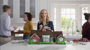 National Association of Realtors TV Spot, 'Housewarming Party Cake' - Thumbnail 1