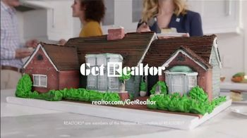National Association of Realtors TV Spot, 'Housewarming Party Cake' - Thumbnail 7