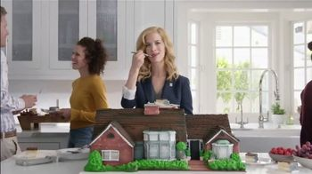 National Association of Realtors TV Spot, 'Housewarming Party Cake' - Thumbnail 4
