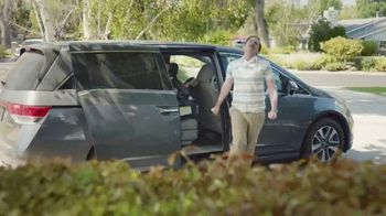 2017 Chrysler Pacifica TV Spot, 'That Guy: Easy Tilt Seating' [T2] - Thumbnail 3