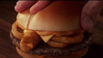 Jack in the Box Sriracha Curly Fry Burger TV Spot, 'Basement' [Spanish] - Thumbnail 8