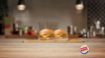 Burger King King Savings TV Spot, 'Dos hamburguesas con queso' [Spanish] - Thumbnail 1