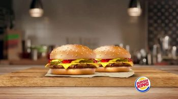 Burger King King Savings TV Spot, 'Dos hamburguesas con queso' [Spanish] - Thumbnail 2