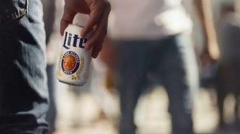 Miller Lite TV Spot, 'Enjoy Another (Street Fair) SL' [Spanish] - Thumbnail 1