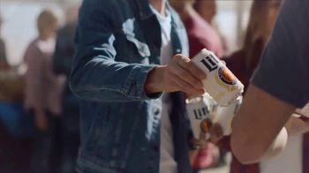 Miller Lite TV Spot, 'Enjoy Another (Street Fair) SL' [Spanish] - Thumbnail 3