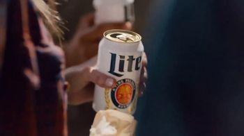 Miller Lite TV Spot, 'Enjoy Another (Street Fair) SL' [Spanish] - Thumbnail 4