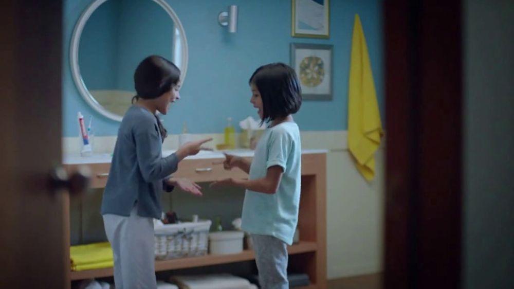 Crest TV Commercial, 'Piedra, papel o tijera'