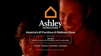 Ashley HomeStore Stars & Stripes One Day Sale TV Spot, 'Sofas & Queen Beds' - Thumbnail 7
