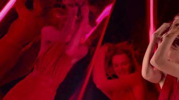 Michael Kors Sexy Ruby Fragrances TV Spot, 'Set de fiestas' [Spanish] - Thumbnail 3